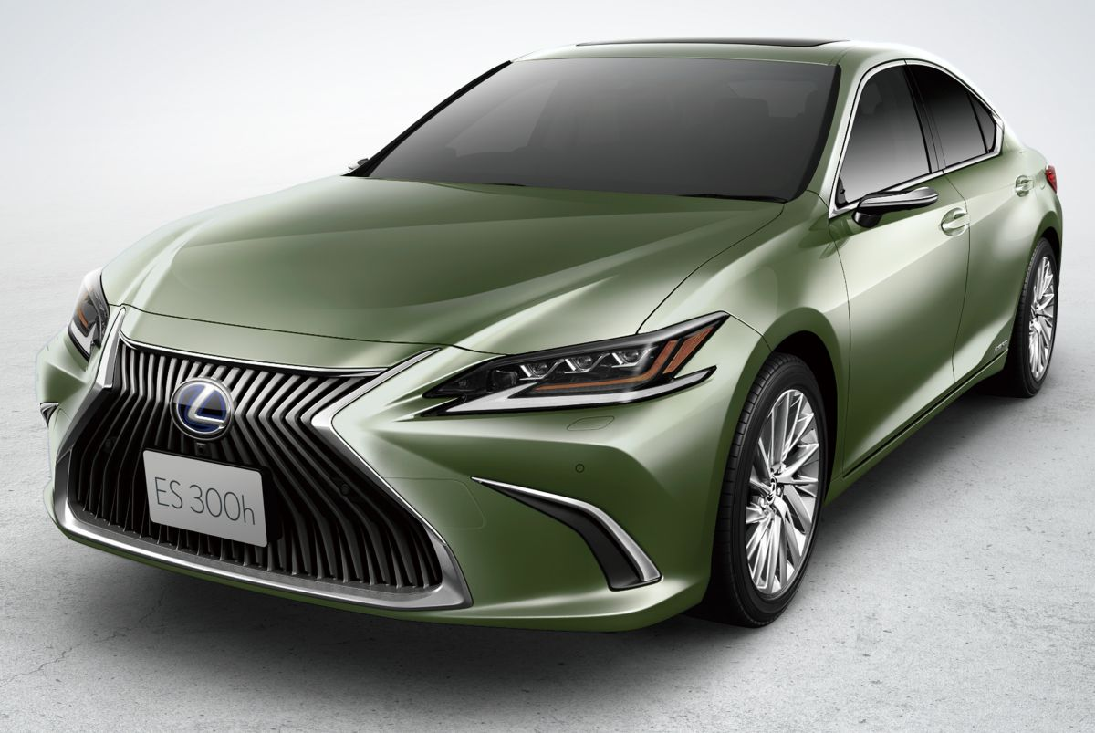 The newest iteration of Lexus ES (see video) is still too young and fresh to warrant a major update, but the hybrid sedan model ES 300h still receives some tweaks heading into 2021.