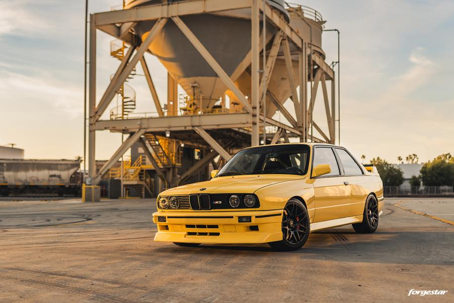 Vincent Wong, the owner of Forgestar Wheels, has a couple souped-up Porsches in his garage – a 993 Turbo and a Carrera 4 Coupe. Despite this, he is particularly proud of his latest work – this BMW E30 M3. What's so exciting about it? Let's find out!