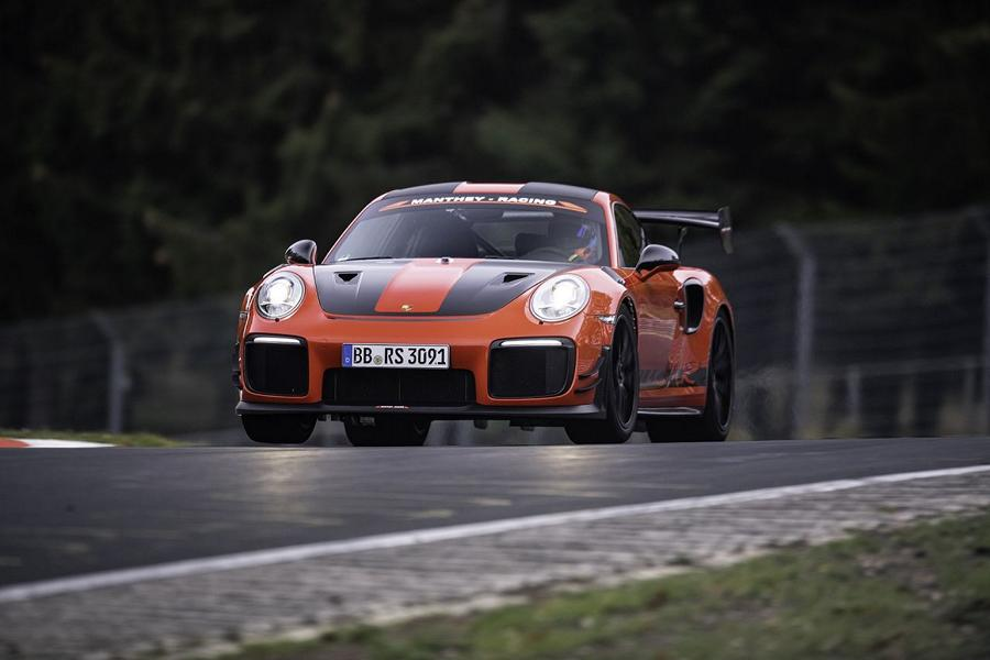Yesterday, we told you about a fantastic Porsche 911 GT3 RS created by Manthey Racing. Today, let us take a closer look at the model it was based upon: the extreme 911 GT2 RS MR.