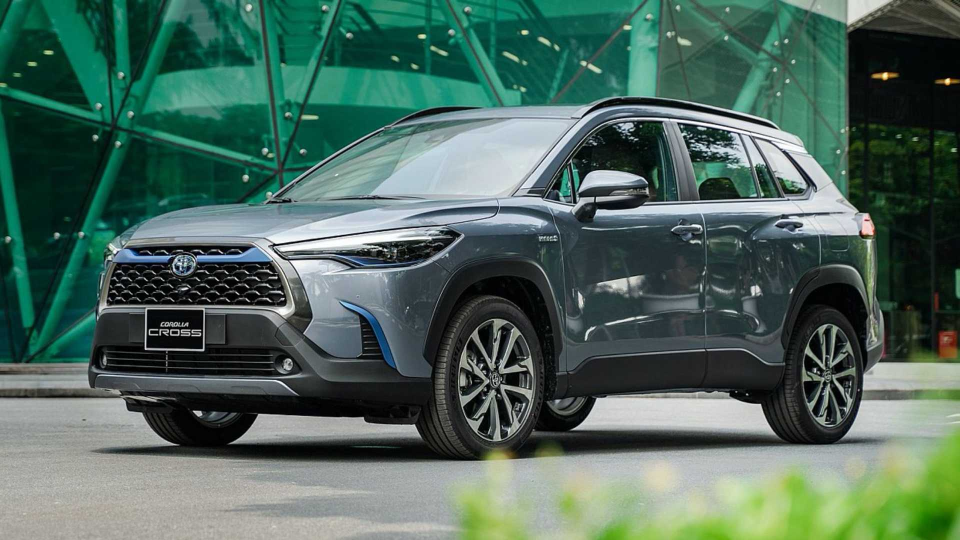 When Toyota unveiled its new Corolla Cross SUV in early July, it initially showed us the Thailand version of it. Today, Vietnam spec joins the range with some minor design revisions.