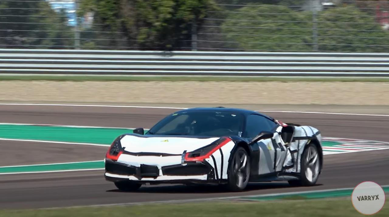 Полноценный электромобиль под маркой Ferrari появится лет через пять, а над гибридными силовыми установками компания работает гораздо интенсивнее. Очередной электрифицированной новинкой станет среднемоторное купе с двигателем V6: недавно его прототип засняли на трассе в Фиорано.