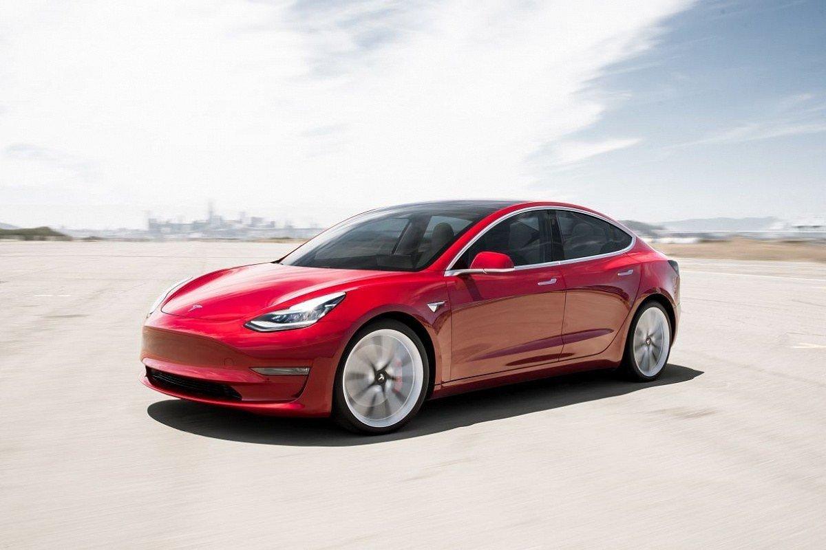 В китайском интернете появились слухи о том, что фирма Tesla планирует серьёзно модернизировать седан Model 3. Предполагается, что автомобиль обновит дизайн и оснащение, причём касается это машин как шанхайской, так и калифорнийской сборки.