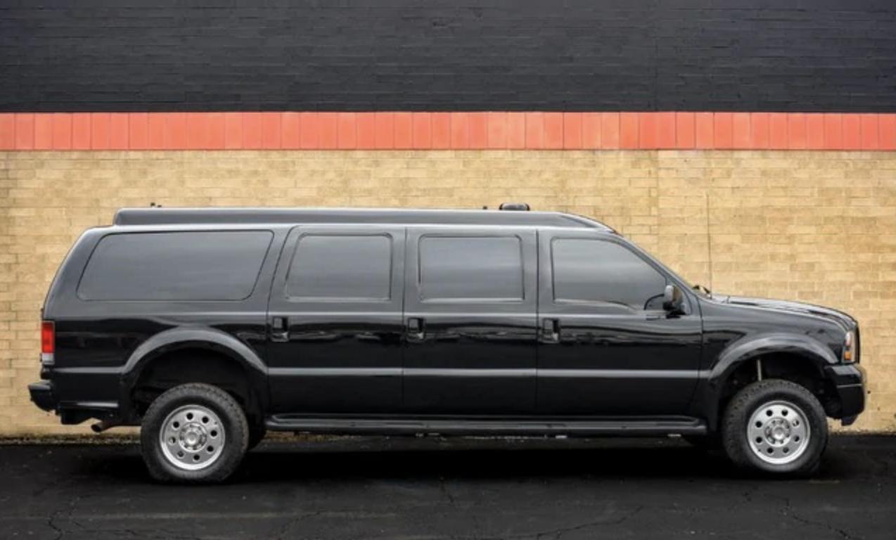 Любой человек с 84 000 долларов в кармане может купить удлинённый броневик Ford Excursion, на котором раньше ездили король Иордании Абдалла II и посол в США.