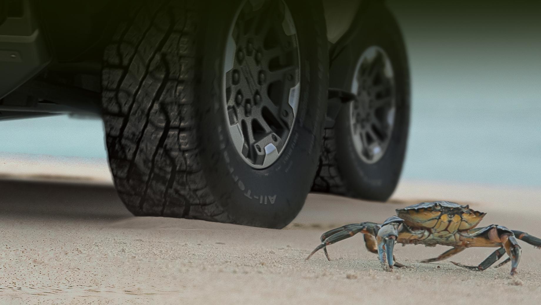 На прошлой неделе компания GMC анонсировала для грядущего Hummer таинственный «режим краба» – Crab Mode, но ничего не сказала о принципе работы этой фишки. Теперь производитель показал функционирование системы в коротком видео, заодно опубликовав дату премьеры.