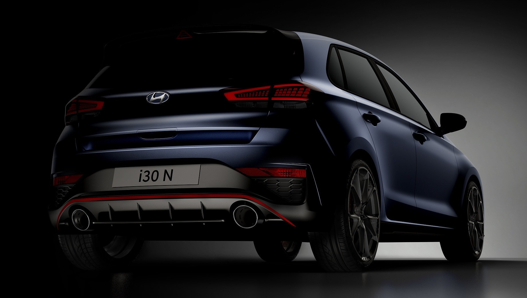 Hyundai i30 пережил рестайлинг несколько месяцев назад, но «горячий хэтчбек» i30 N пока лишь готовится к модернизации: появились первые тизеры новинки. Как и стандартная модель, хот-хэтч получит иные бамперы, радиаторную решётку и диодную оптику.