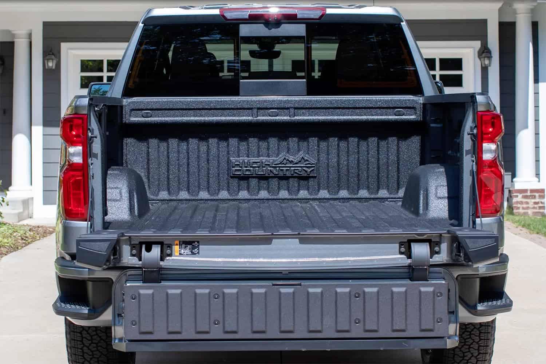 Около месяца назад появились слухи о том, что Chevrolet Silverado может получить многофункциональную багажную дверь. А теперь разработчик выпустил официальный проморолик.
