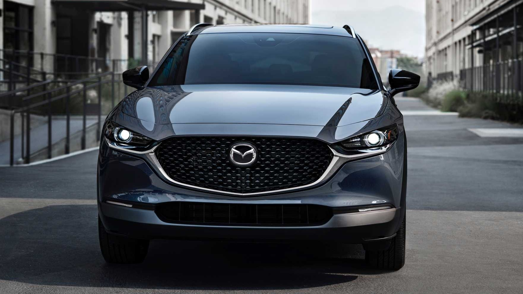 Недавно бензиновая 2,5-литровая «турбочетвёрка» досталась легковой Mazda 3, а теперь подошла очередь родственного кроссовера CX-30.