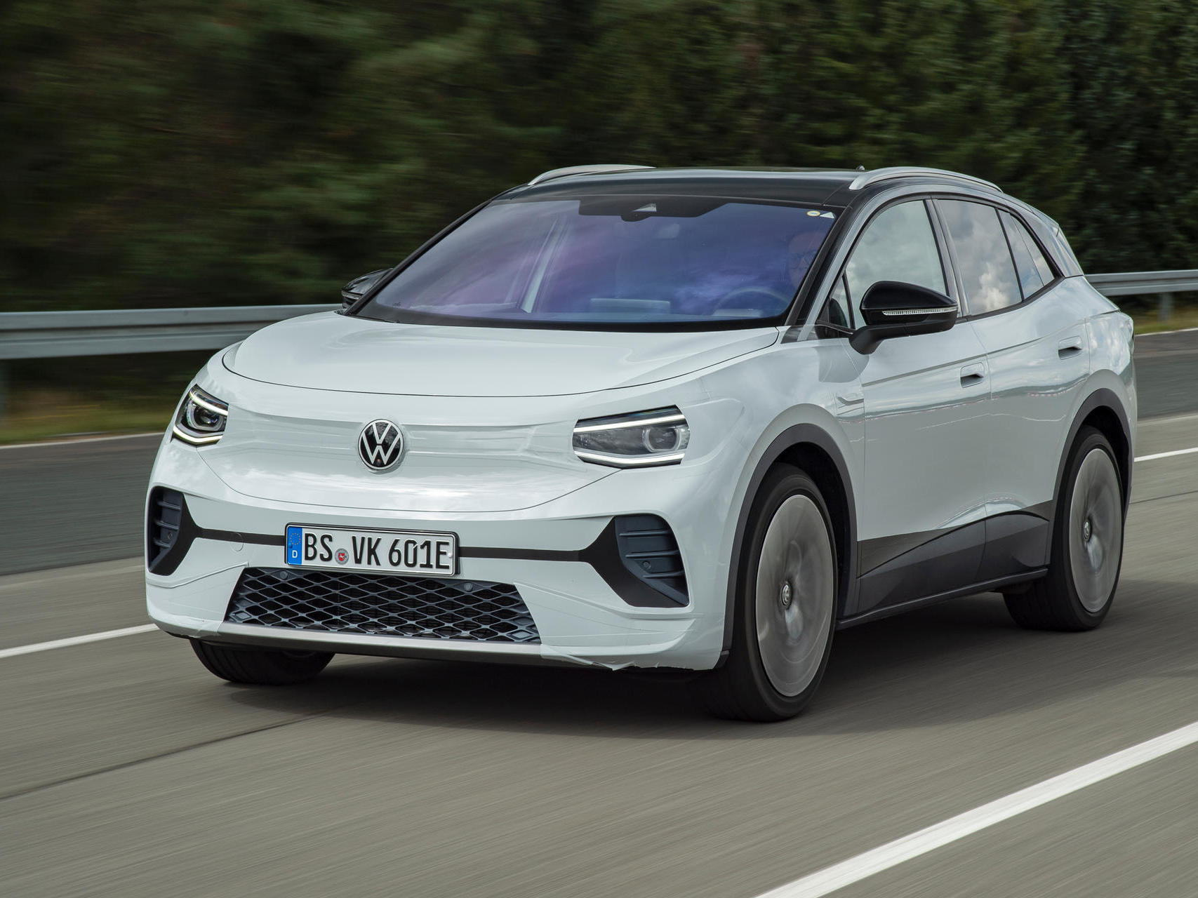 Mere days before the premiere of its first production SUV running on pure electric power, Volkswagen has disclosed the planned production numbers. Apparently, the company will be aiming to make 500,000 ID.4 units per year.