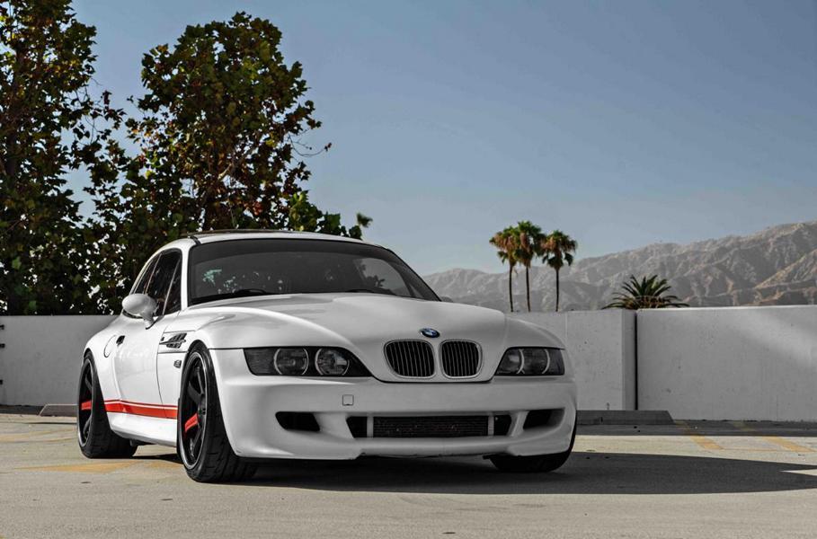 Какой фанат марки BMW не знаком с купе Z3 E36? В последнем десятилетии прошлого века к автомобилю прочно приклеилось прозвище «клоунский башмак» из-за необычной формы кузова. Но даже это не помешало ему стать народным любимцем и удостоиться самых разных тюнерских модификаций. Перед вами – чуть ли не самая удачная из них.
