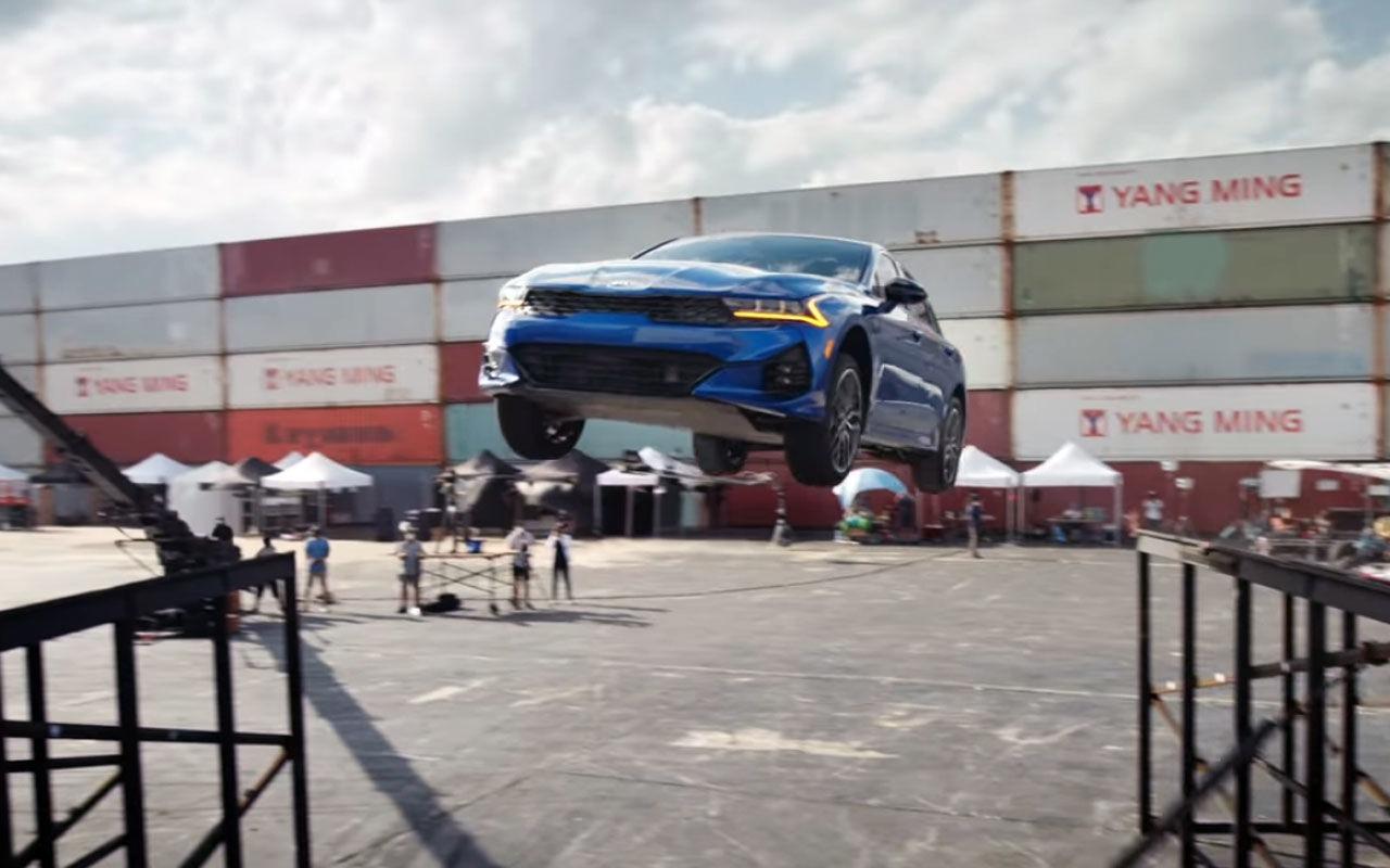 Южнокорейская «Киа» опубликовала экстремальный трюк с K5: седан прыгает с трамплина и переворачивается на 360 градусов.