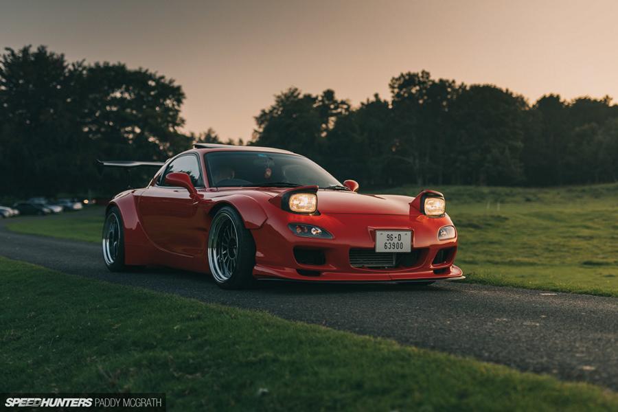 Фотограф Пэдди Макграт из издания Speedhunters вышел на след необычного спорткара Mazda RX-7 (FD3S) в Ирландии. Чем же так уникален данный автомобиль? Давайте разбираться.