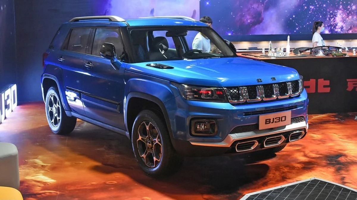 Beijing Offroad, which is a part of BAIC Group, has brought its new BJ30 SUV to the Auto China 2020. From the technical point of view, the vehicle is a slightly refurbished BJ20 model (see video), which in turn tries to imitate the first-gen Jeep Compass.