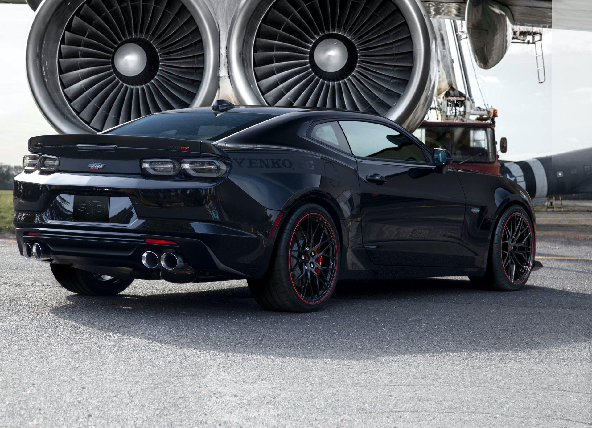 Экстремальное тюнинг-ателье Specialty Vehicle Engineering (SVE), знаменитое превращением обычных автомобилей в гиперкары, представило новый Chevrolet Camaro с «прокачкой» уровня Yenko/SC Stage 2. Компрессорный нагнетатель поднимает отдачу мотора до 1050 «лошадок» – но и платить за это приходится соответственно.