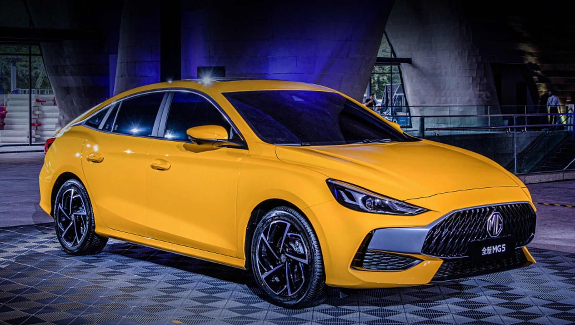 Customers in England can already purchase the China-made compact sedan named MG 5, which is essentially a rebadged Roewe Ei5. Today, however, a model by the same name has been announced for China – and it looks like a very different vehicle.