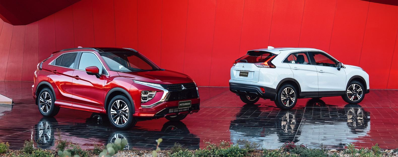 Following a teaser of the new Eclipse Cross released in September and the leak of ad leaflet scans several days ago, Mitsubishi has officially removed the wraps from the model.