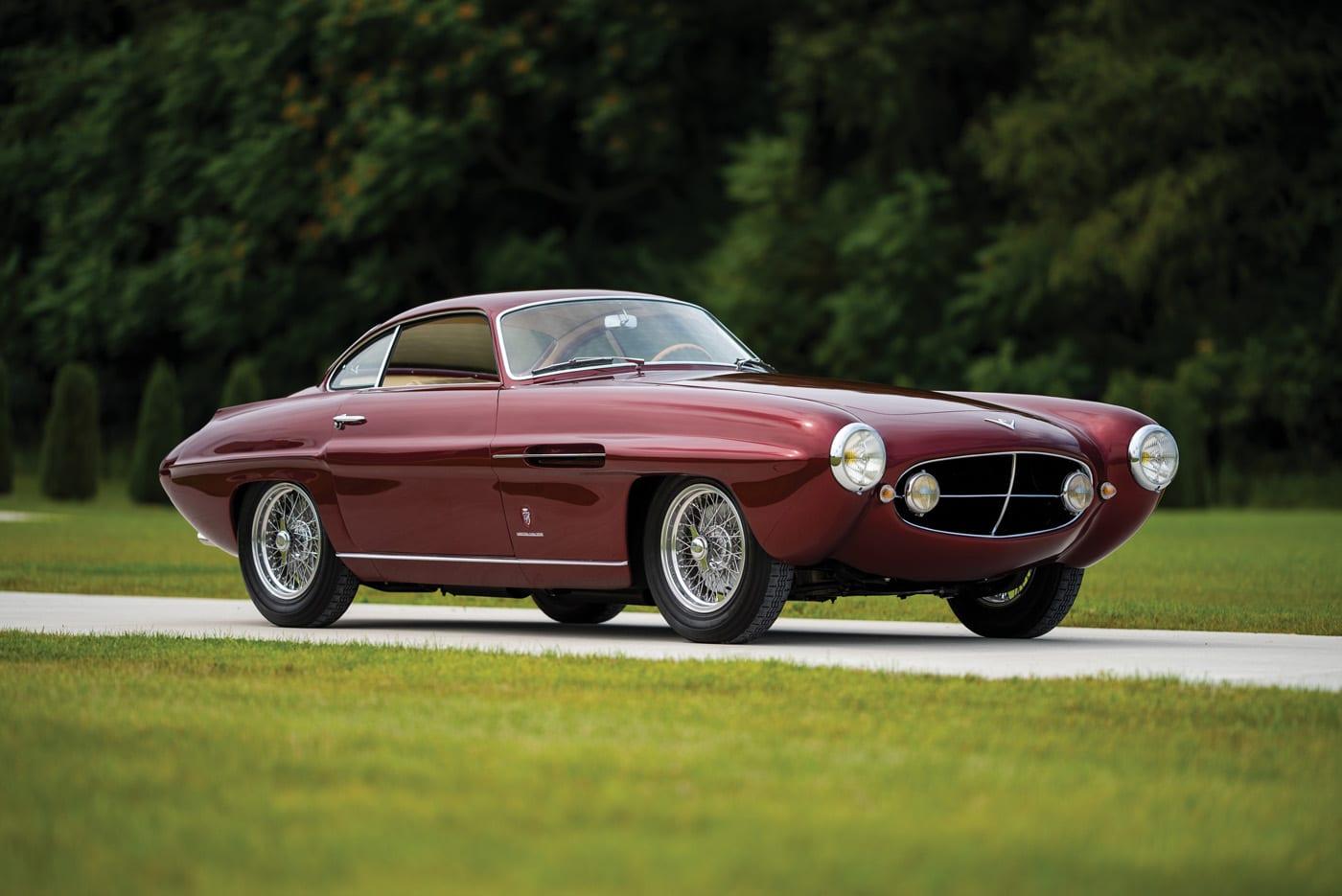23 октября пройдёт аукцион RM Sotheby's, в ходе которого нового владельца будет искать редчайший 67-летний Fiat 8V. Купе, представленное в Женеве в 1952-м, было названо «главным сюрпризом года»: спортивное авто с восьмицилиндровым двигателем серьёзно отличалось от массовых моделей марки.