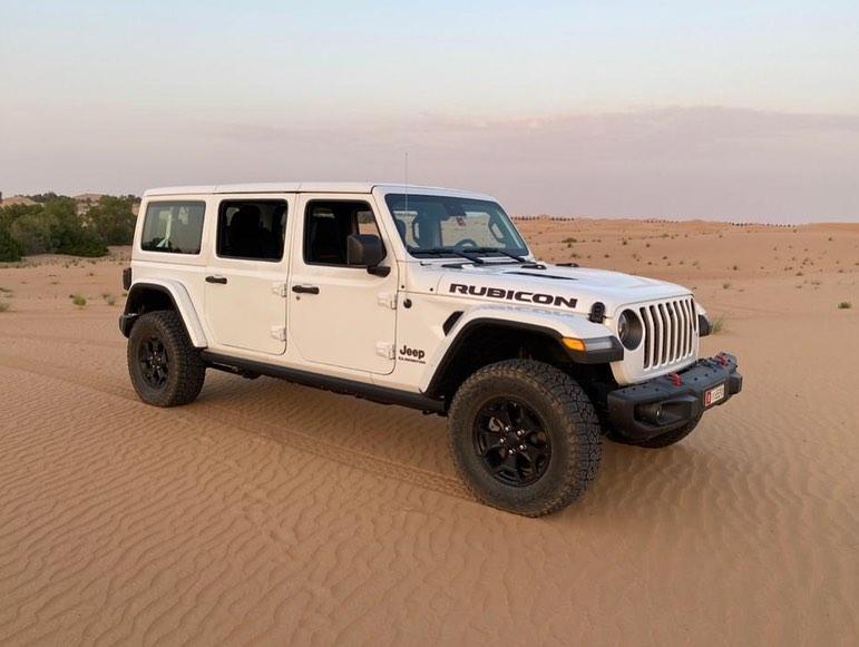 Автопроизводитель Jeep всё никак не примется за выпуск трехрядных внедорожников. Занять эту нишу должен недавно анонсированный Grand Wagoneer, но он выйдет никак не раньше 2022 года. Как выяснилось, кто-то в ОАЭ устал ждать и заказал похожий автомобиль у тюнеров.