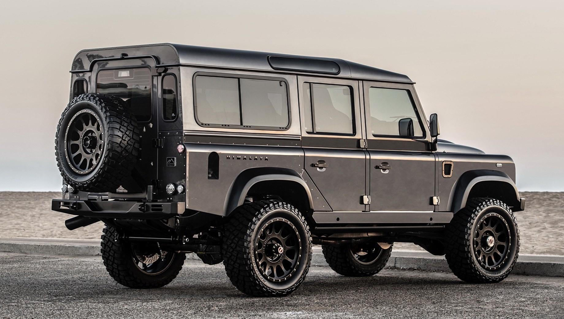 Сосчитать все проекты на основе прошлого Land Rover Defender невозможно, а одна из самых популярных доработок – установка двигателя Chevrolet. На сей раз внедорожник модернизировала британская компания Himalaya, за плечами которой уже не один тюнингованный «Дефендер» (см. видео).