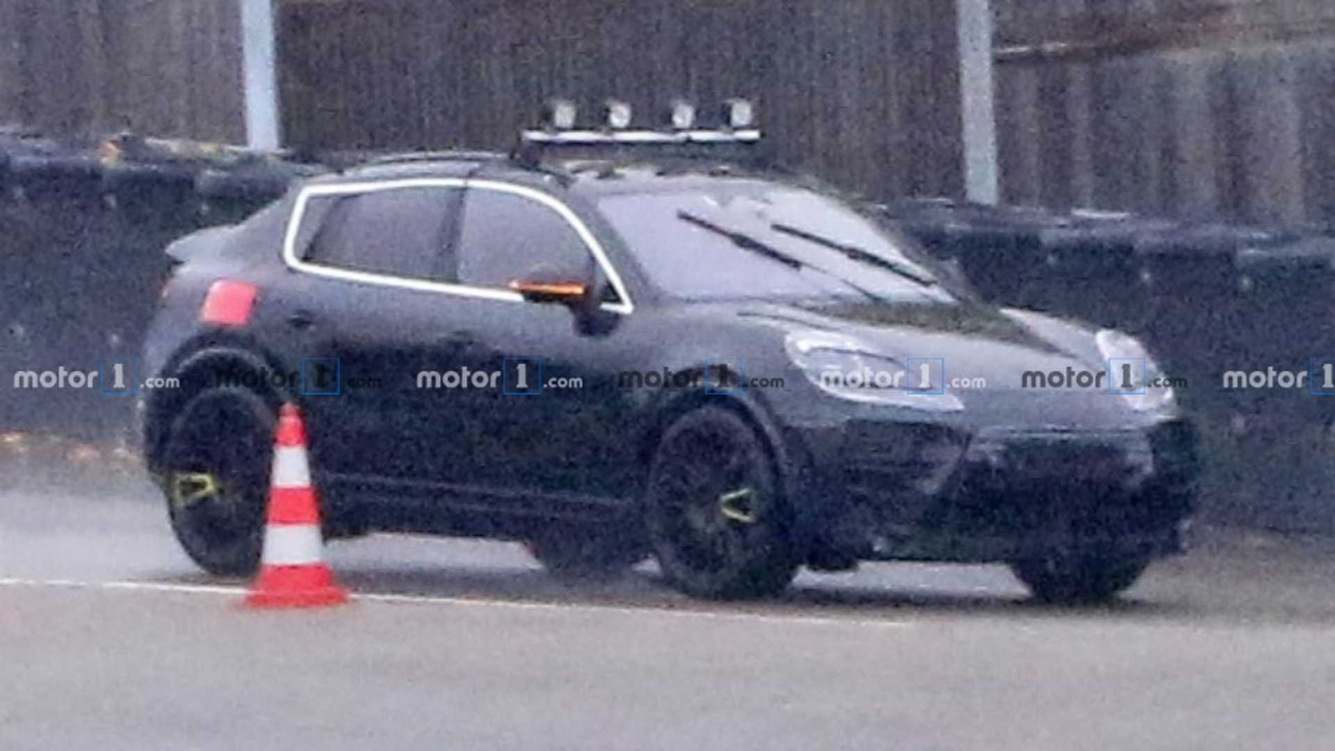 Компания Porsche вывела на испытания электрокроссовер Macan: новинку поймали фотошпионы.