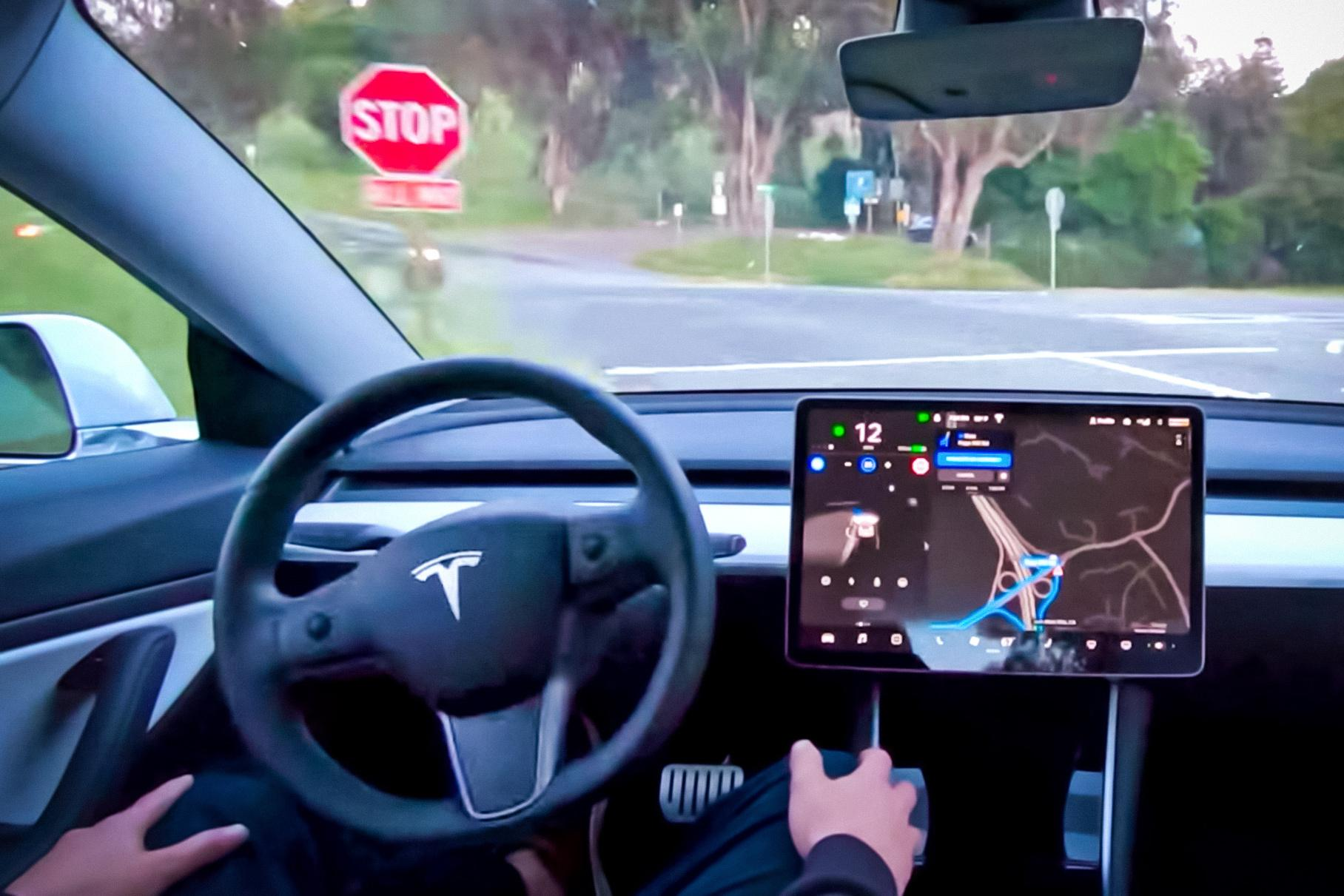 Илон Маск подтвердил выход обновления программного обеспечения под названием Full Self-Driving, но пока в бета-версии. Глава бренда «Тесла» уточнил, что «полноценный автопилот» будут внедрять «максимально осторожно и медленнее», а первый доступ к нему получат самые аккуратные и опытные водители.