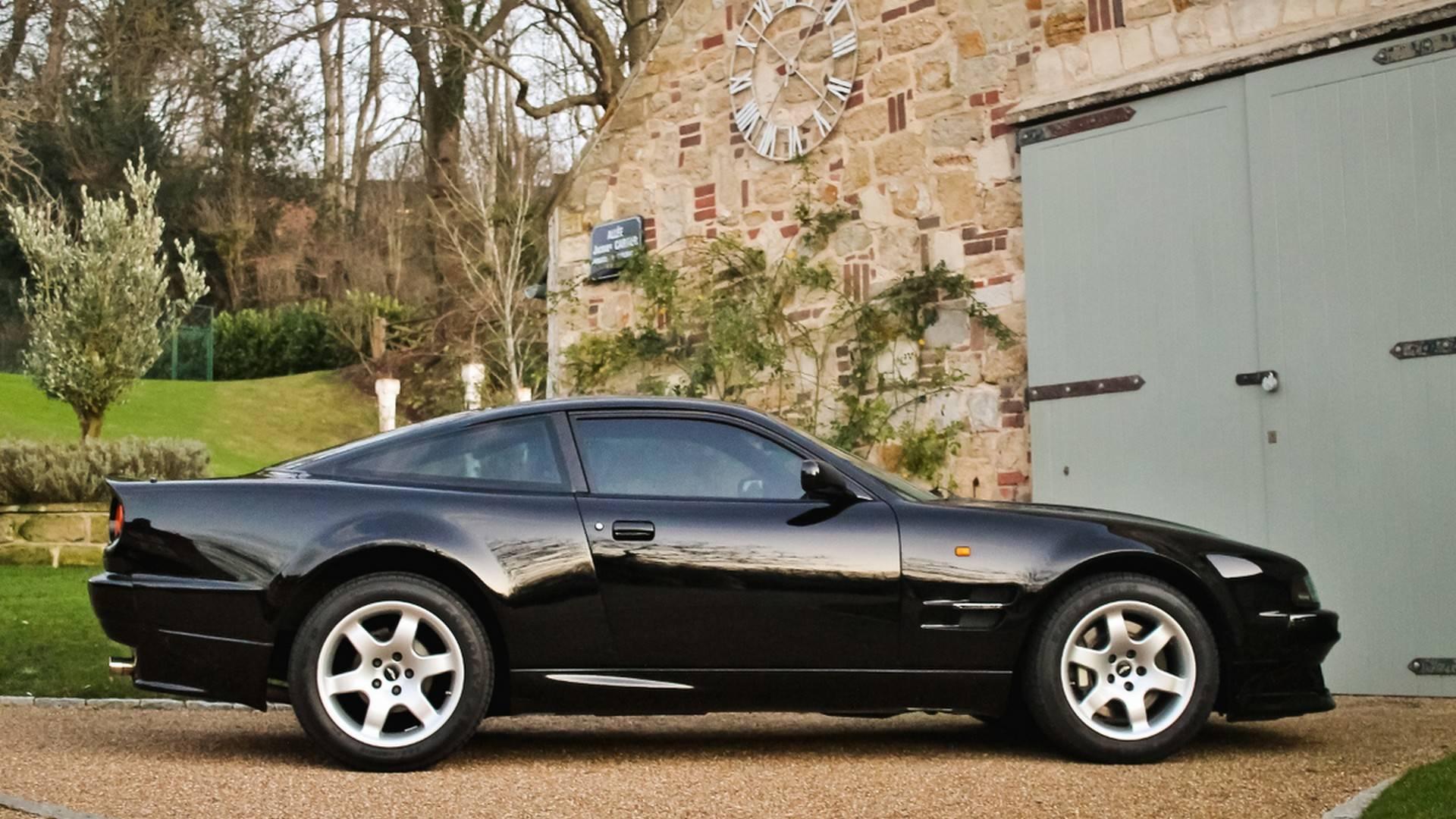 В наши дни британская автомобильная марка Aston Martin преимущественно выпускает гран-туреры – роскошные и комфортные автомобили для долгих путешествий. Но в 90-е годы её амплуа было несколько иным, и тюнеры о нём помнят.