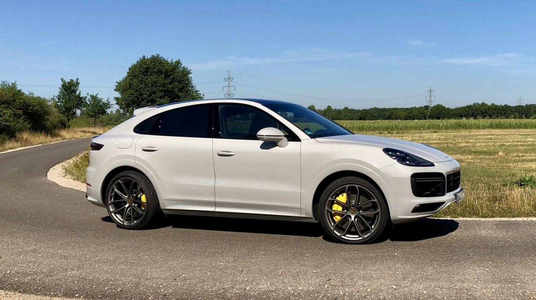 Компания Porsche модернизировала подзаряжаемые версии модели Cayenne: увеличенная ёмкость батарей позволила нарастить запас хода на чистом электричестве.