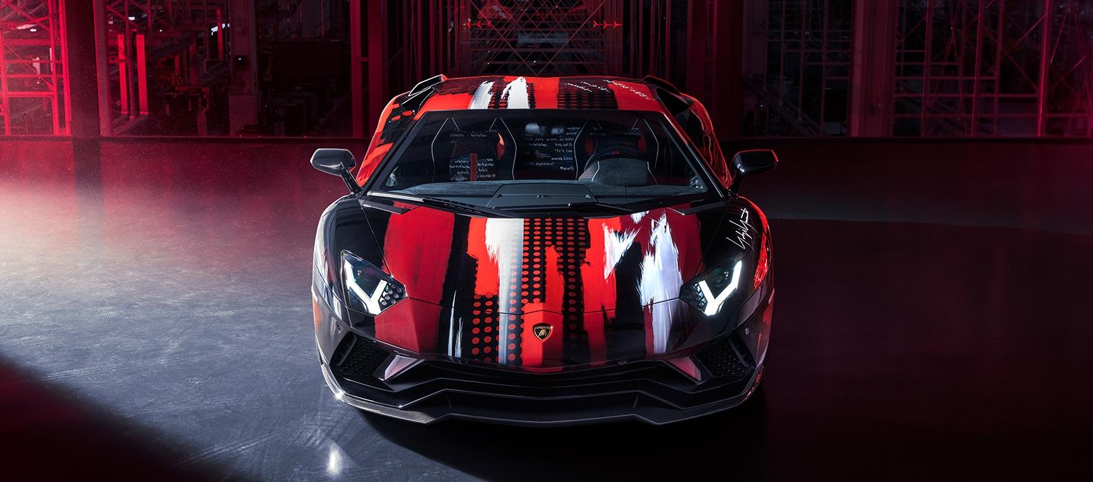 Фирма Lamborghini показала Aventador S Yamamoto: над оформлением суперкара поработал японец Ёдзи Ямамото. Шеф-стилист итальянской марки Митя Боркерт задумал коллаборацию после того, как увидел в Париже коллекцию модельера: автомобильного дизайнера восхитило сочетание белого, чёрного и красного.
