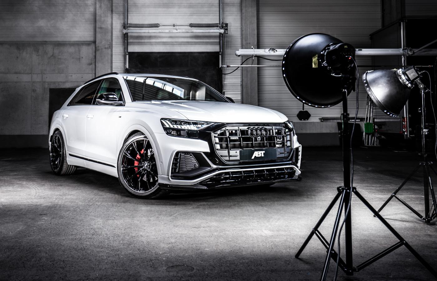 В руки обозревателей из AutoTopNL попал редкий и дорогой кроссовер Audi RSQ8-R. Тюнинг-ателье ABT Sportsline анонсировало выпуск всего 125 таких автомобилей, и каждому досталась форсировка до 730 л.с. и 920 Нм тяги.