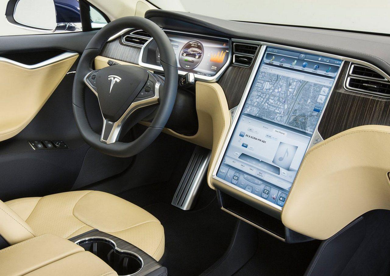 «Тесла» вернет старую опцию для своих электромобилей: классический радиоприемник, который работает на волнах АМ и FM.