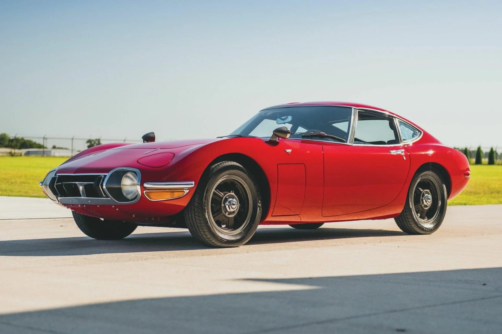 На торгах аукционного дома RM Sotheby's продан спорткар Toyota 2000GT: покупатель выложил за 53-летнее купе 912,5 тысячи долларов.