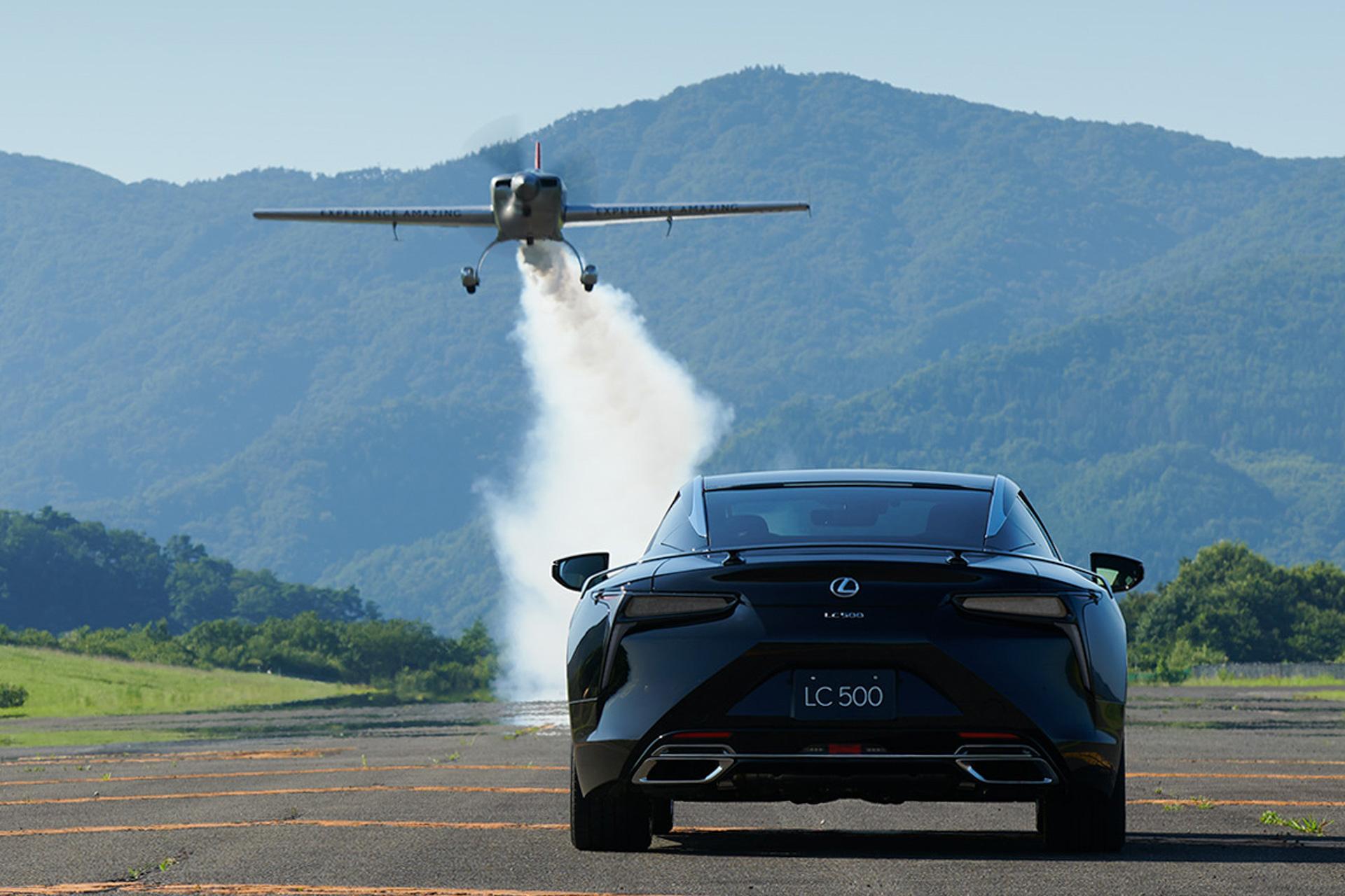 В Японии доступны купе Lexus LC Aviation и RC Emotional Ash: первое вдохновлено авиацией, а второе получило особую деревянную отделку.