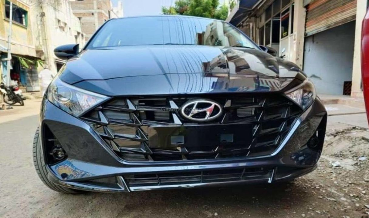 В Индии начат приём заказов на новый Hyundai i20. Местная версия немного отличается от европейской: у неё другой рисунок решётки радиатора, иная начинка фар и хромированная полоса сзади взамен красной. Размеры пока не известны, но длина наверняка окажется меньше четырёх метров.