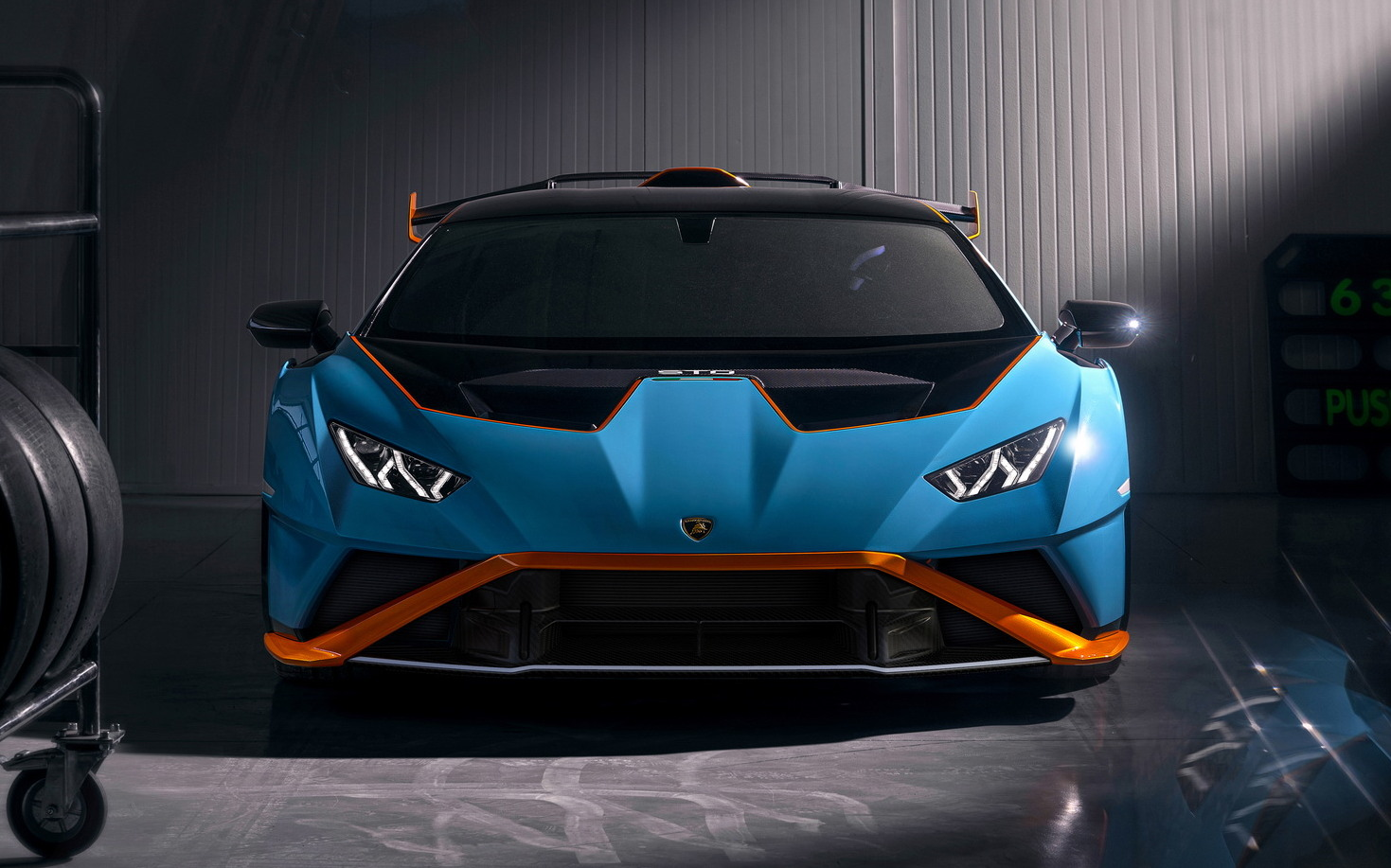 Дебютировал долгожданный Lamborghini Huracan STO (аббревиатура расшифровывается как Super Trofeo Omologata), максимально ориентированный на трек, но допущенный и на дороги общего пользования.