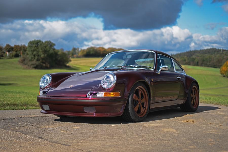 Тюнинг-ателье DP Motorsport из Германии специализируется на реставрации и модернизации спорткаров Porsche – но если техника автомобилям достаётся современная, то облик, наоборот, «состаривается» ещё больше. Перед вами как раз один из наиболее ярких примеров.