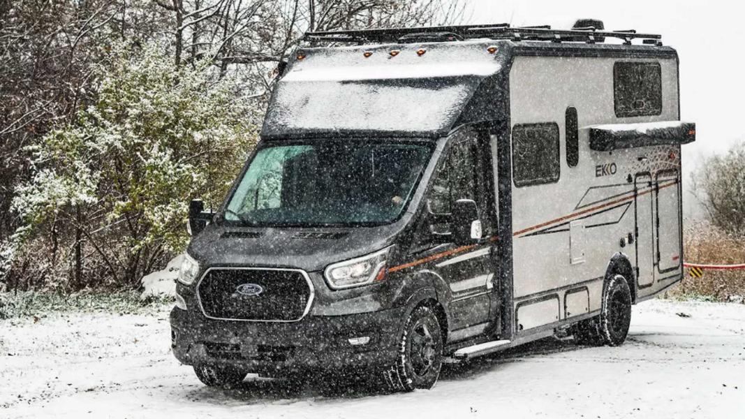 Американская компания Winnebago специализируется на разработке кемпервэнов, трейлеров и домов на колёсах, а на днях она представила обновлённый фургон Ekko на базе полноприводного Ford Transit. Взглянем?
