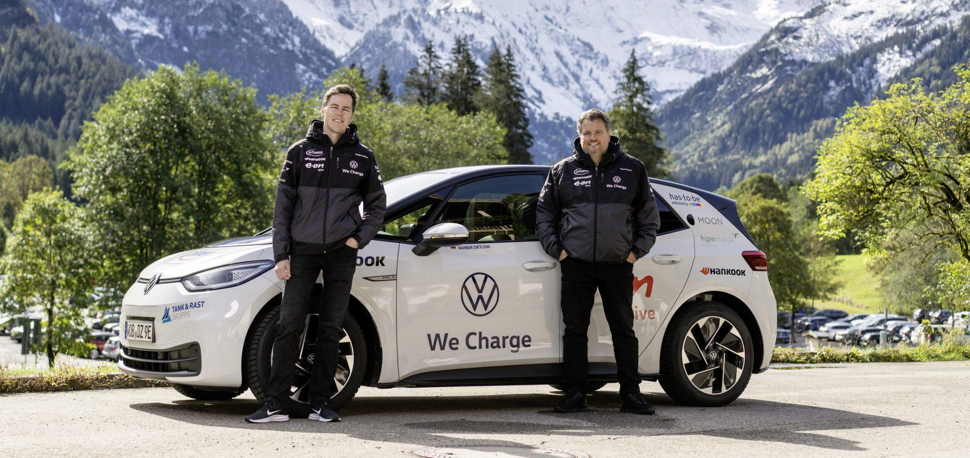 Доминик Брюнер и Райнер Цитлоу преодолели по немецким дорогам 28198 километров за 65 дней на электромобиле VW ID.3 Pro S. Volkswagen заявляет, что это наиболее длинная беспрерывная поездка электрокара через одну страну.