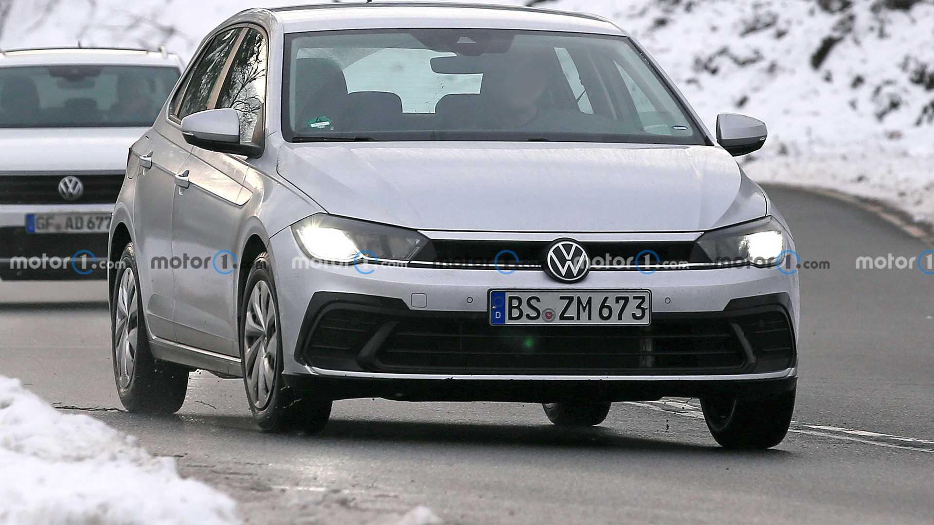 В текущем году Volkswagen Polo переживет обновление и в таком виде поступит в продажу как модель 2022 года. Накануне немецкий хэтчбек с невидимой на первый взгляд маскировкой поймали на дорогах общего пользования.