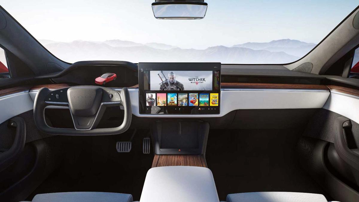 Фирма Tesla модернизировала свой флагман – Model S: лифтбек, которому уже девять лет, слегка изменился снаружи, стал быстрее и получил абсолютно иной интерьер.