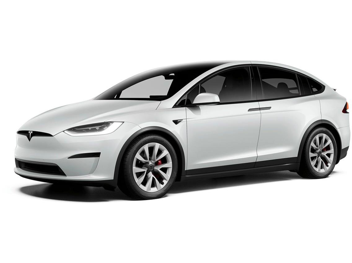 Кроссовер Tesla Model X вслед за лифтбеком Model S получил трёхмоторную установку и другой салон, но есть и нюансы. От прежней версии (см. видео) новинка отличается бамперами и фонарями.