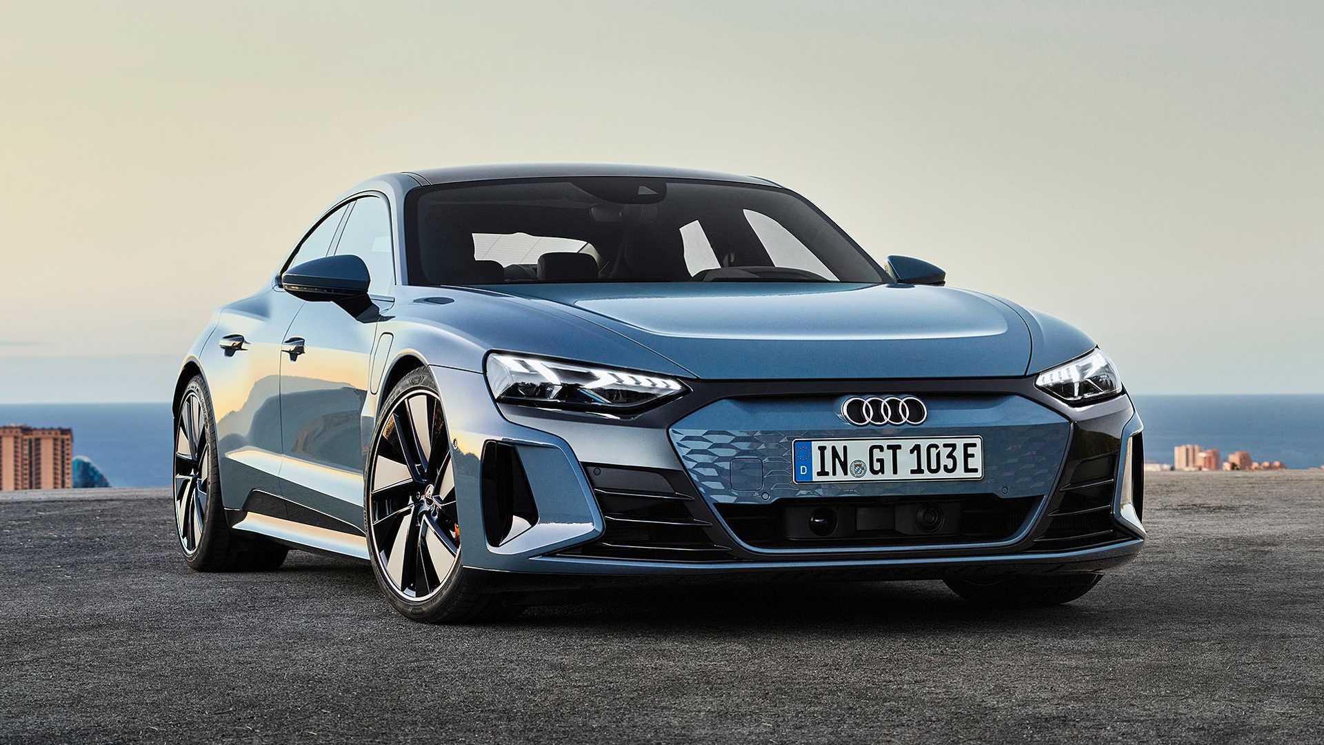 Марка Audi показала электроседан e-tron GT. Снаружи серийная версия почти не отличается от концепта двухлетней давности, разве что появились обычные зеркала и ручки дверей, а бампера слегка переработаны.