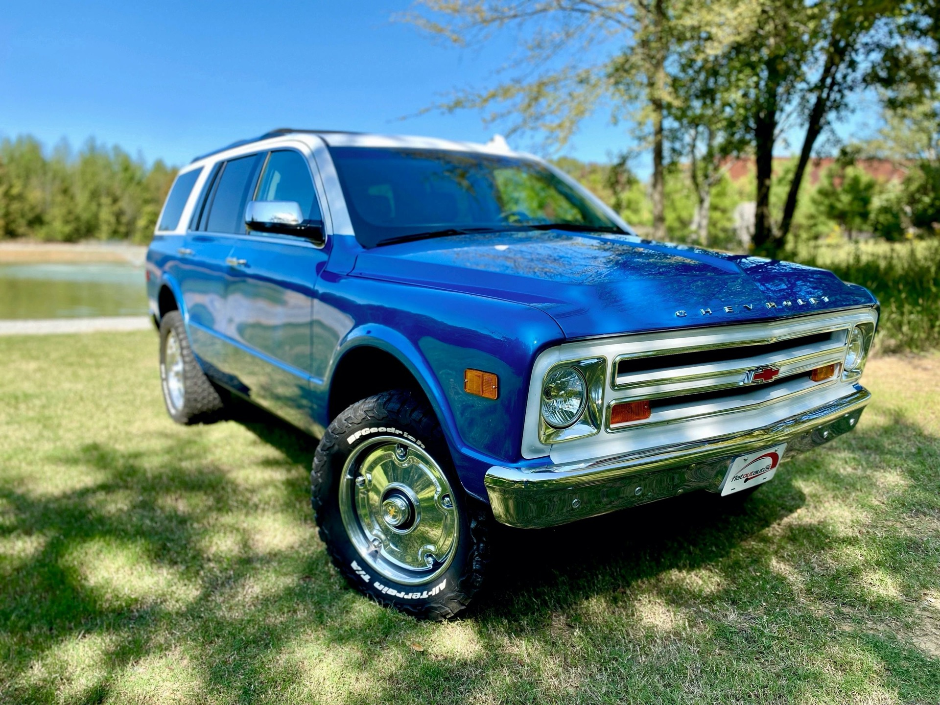 Flat Out Autos, a tune-up shop based in Northern Arkansas, has rolled out four Chevrolet Tahoe SUVs stylized after the classical Chevrolet K5 Blazer. The quartet will be heading to the UAE to the royal family that ordered it, but you can commission a similar job.