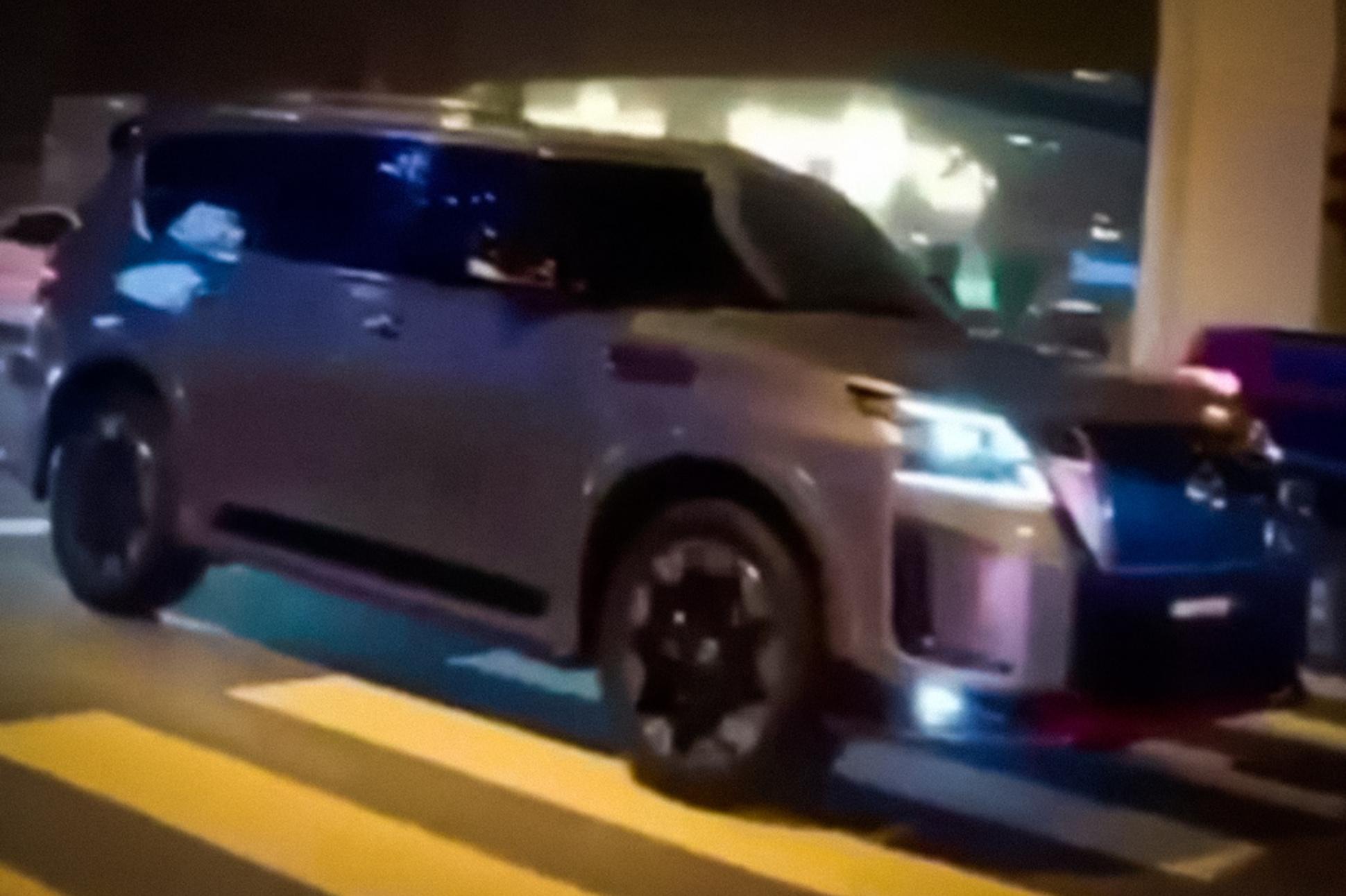 Очевидцам попался Nissan Patrol с особым обвесом: вероятно, это «заряженная» версия Nismo. Новинка может получить иные бампера, радиаторную решётку и пороги, а также красный декор и 22-дюймовые кованые колёса RAYS.