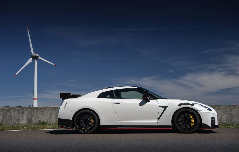 Nissan готовит GT-R к смене генерации. По информации СМИ, это случится в конце следующего года, причем автомобиль не получит ни новый двигатель, ни новую архитектуру. По слухам, единственным нововведением станет электрификация.