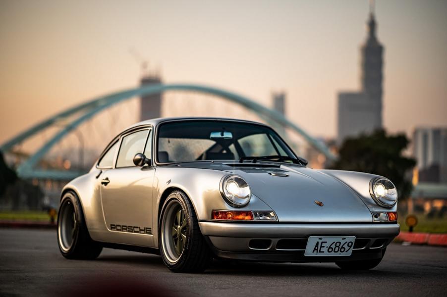 Пару лет назад ателье Singer Vehicle Design представило ультимативный Porsche 911 на воздушном охлаждении (см. видео). Уникальный экземпляр обошёлся компании в 1,8 млн. долларов, но принёс ей популярность и новых клиентов. Теперь аналогичный автомобиль построили для клиента в Тайване.