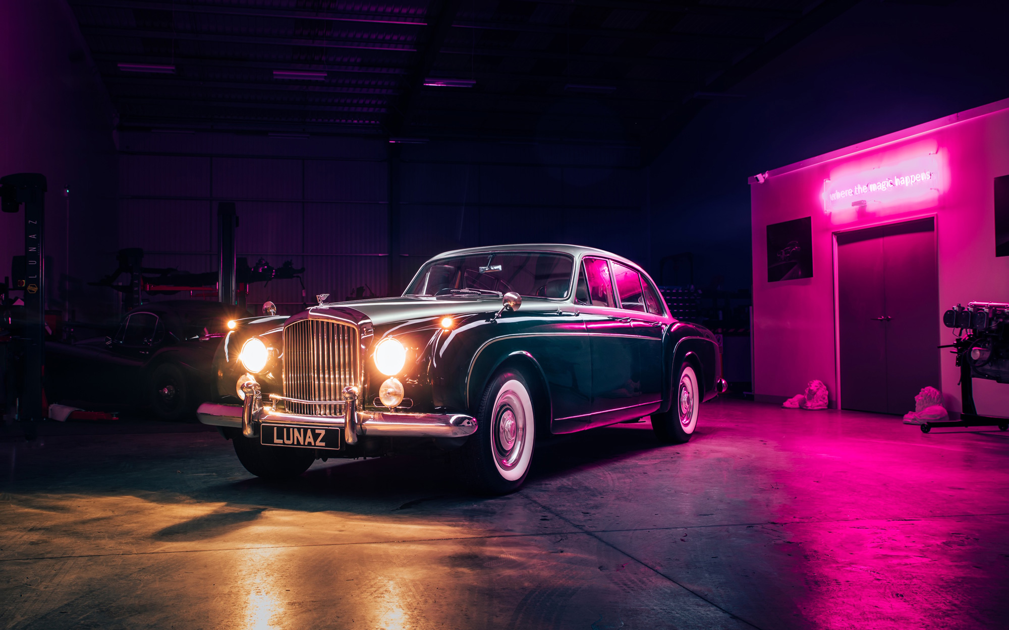 Фирма Lunaz представила очередной проект по превращению раритетной машины в электромобиль: на сей раз за основу взят 60-летний Bentley S2 Continental Flying Spur. Авто построено по индивидуальному заказу.