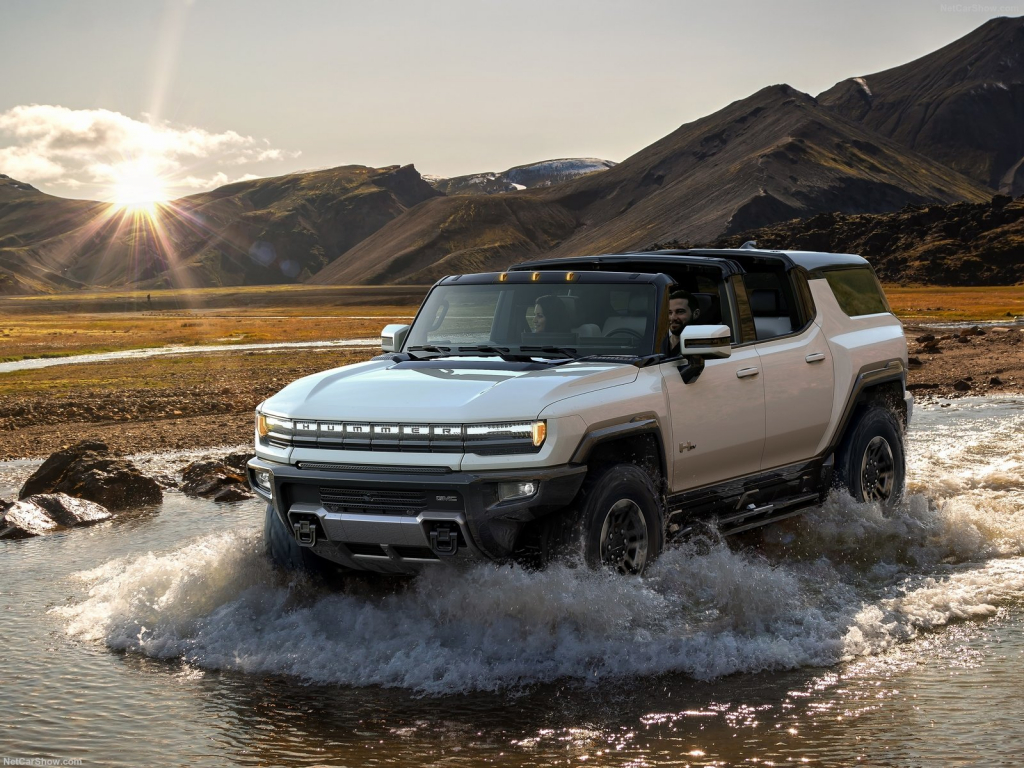 The SUV-bodied variant of the GMC Hummer EV revealed a few days ago falls short of its truck cousin's glory, maxing out at 820 U.S. horsepower as opposed to 1,000. Al Oppenheiser, Chief Engineer of the Hummer revival project, has an official explanation for this.
