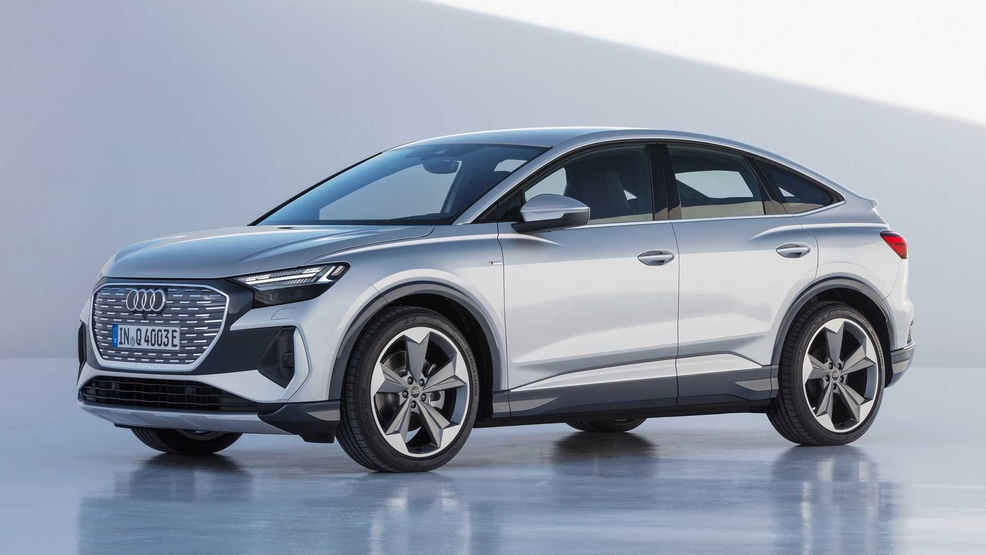 Компания «Ауди» представила Q4 e-tron, построенный на фольксвагеновской архитектуре МЕВ. Это премиальный аналог соплатформенных Skoda Enyaq iV и Volkswagen ID.4, при этом «Ауди» первая продемонстрировала версию в кузове кросс-купе, тогда как «Шкода» и «Фольксваген» покажут такой вариант позднее.