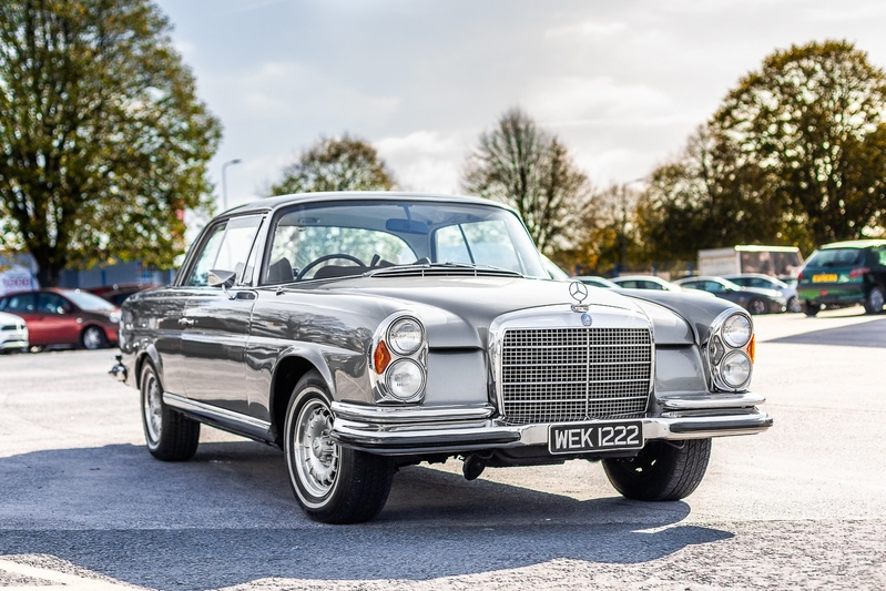 The majority of modern Mercedes-Benz cars, not even necessarily AMG ones, tend to put sporty appearances, dynamics and handling close to the top on their priority list. But what if you just want to drive a luxurious and comfortable car, like this 1972 Mercedes 280SE?