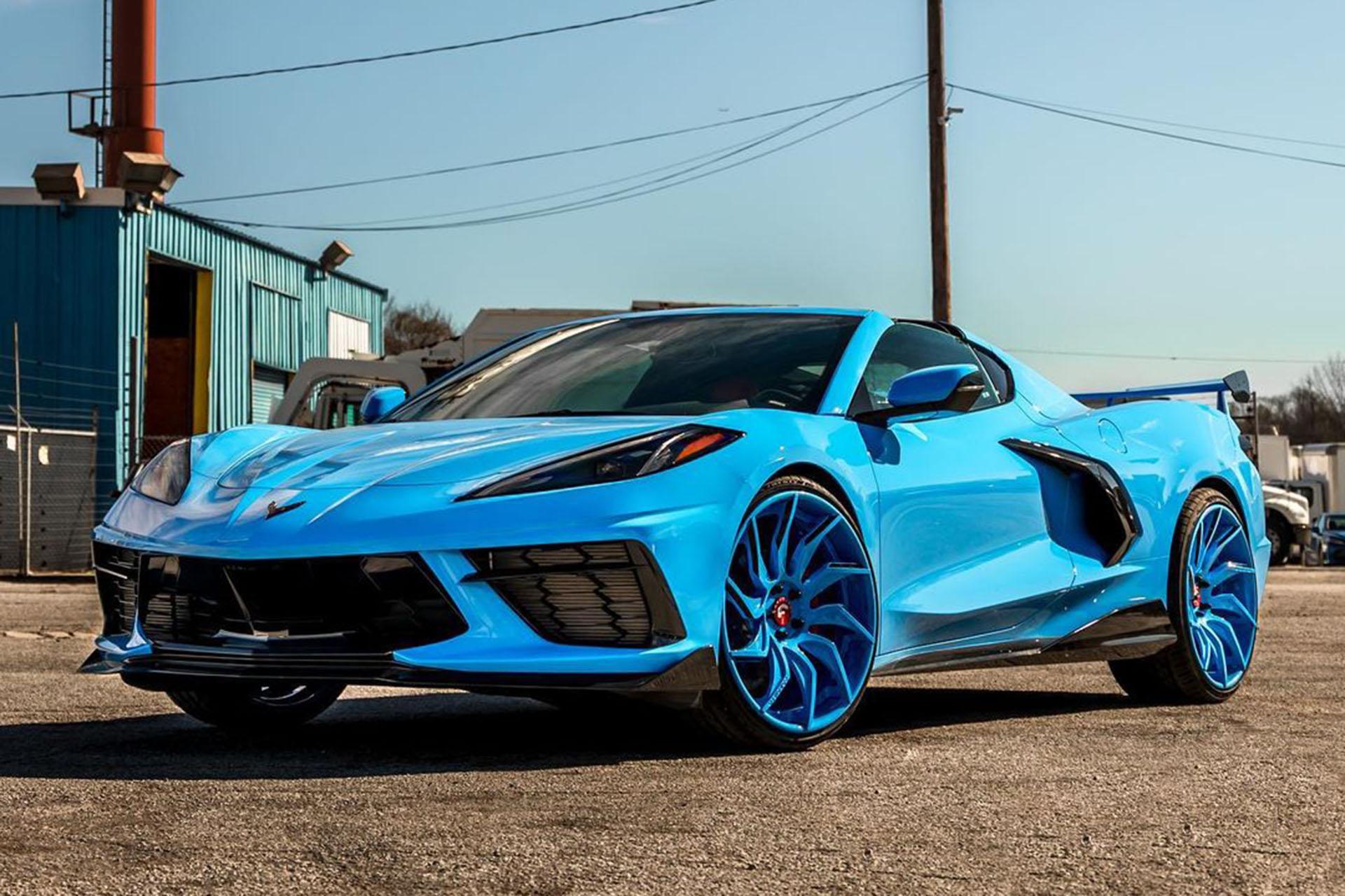 В палитре цветов среднемоторного Corvette C8 одним из наиболее желанных является «стремительный синий» (Rapid Blue). Владельцу экземпляра на видео оттенок приглянулся настолько, что он потрудился оформить в нём и диски, и салон.