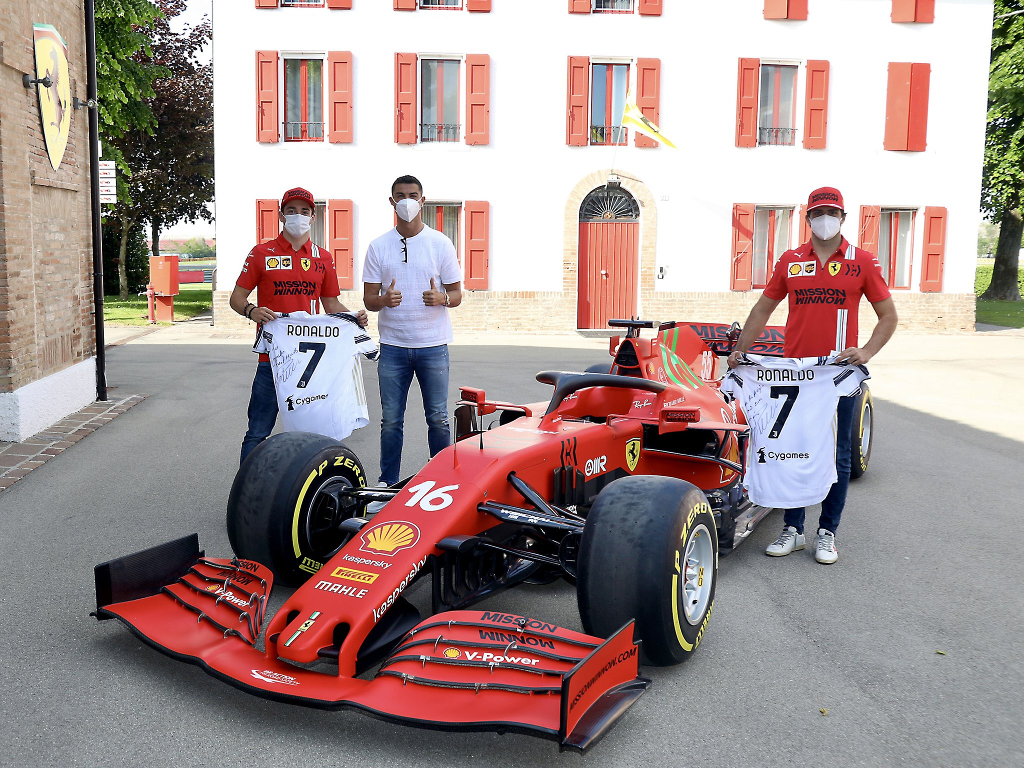 Scuderia Ferrari поделилась снимком, на котором Криштиану Роналду запечатлён рядом с формульным болидом вместе с гонщиками Карлосом Сайнсом-младшим и Шарлем Леклером. По слухам, известный футболист посетил Маранелло, чтобы купить спайдер Ferrari Monza SP2.
